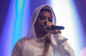 Ludmilla aposta em look decotado e transparente para show e reclama: 'Tá frio!'