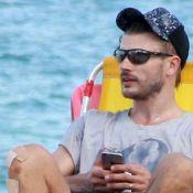 Rodrigo Hilbert exibe curativo no joelho em tarde na praia com amigos. Fotos!