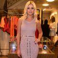 A blogueira e socialite Lala Rudge investiu em um vestido longo rosa de crochê da marca Bo.Bô