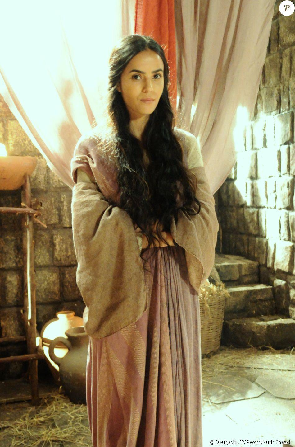 Inês (Brendha Haddad) é a mulher de Eleazar (Bernardo Velasco) e mãe de Finéias (Rafael Queiroz), na novela 'A Terra Prometida'