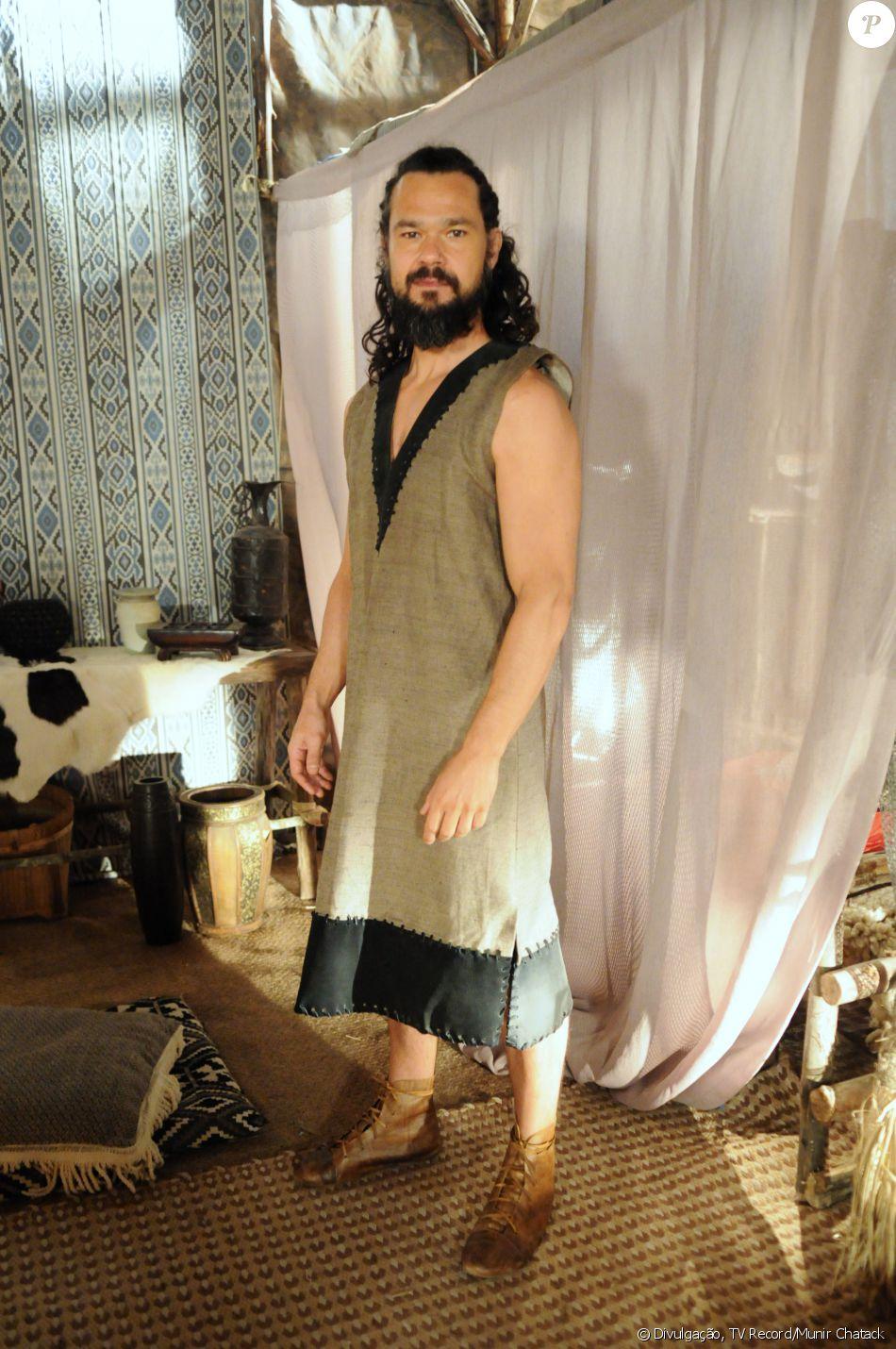 Melquias (Gabriel Gracindo) é agressivo e tem inveja de Salmon (Rafael Sardão) e Raabe (Miriam Freeland), na novela 'A Terra Prometida'