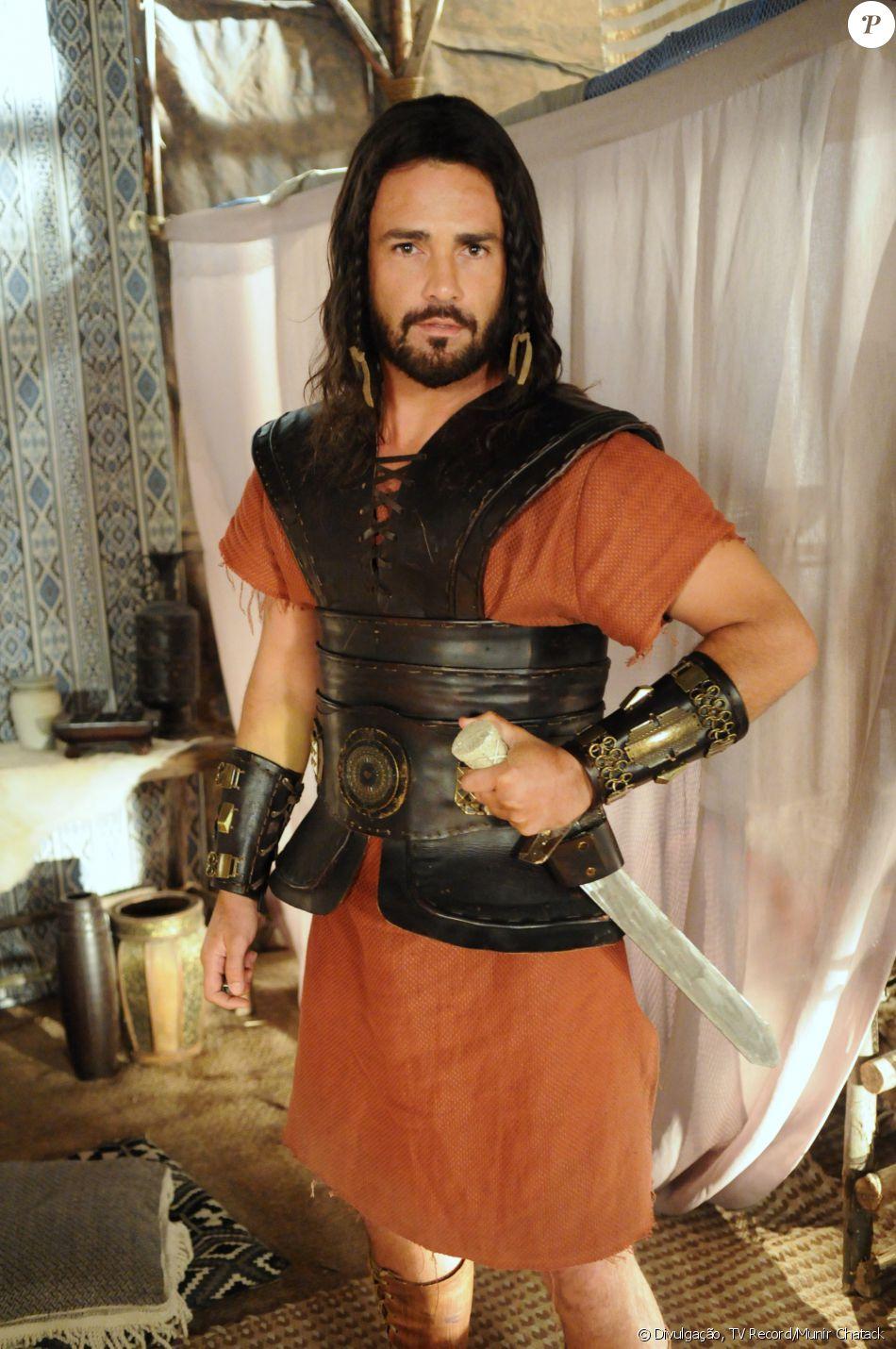 Gibar (Rodrigo Phavanello) é filho de Acã (Kadu Moliterno) e compete pelo amor de Acsa (Marisol Ribeiro) com Otniel (Leonardo Miggiorin), na novela 'A Terra Prometida'