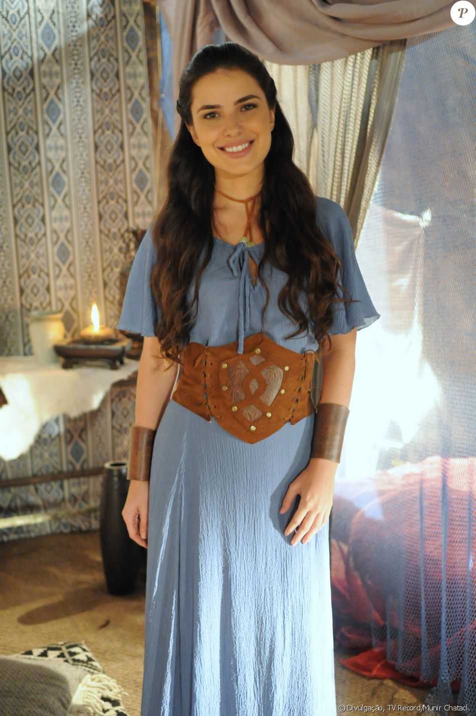 Aruna (Thais Melchior) é irmã de criação de Samara (Paloma Bernardi), mas desprezada pela mãe adotiva, Léia (Beth Goulart). A jovem se apaixona por Josué (Sidney Sampaio), na novela 'A Terra Prometida'
