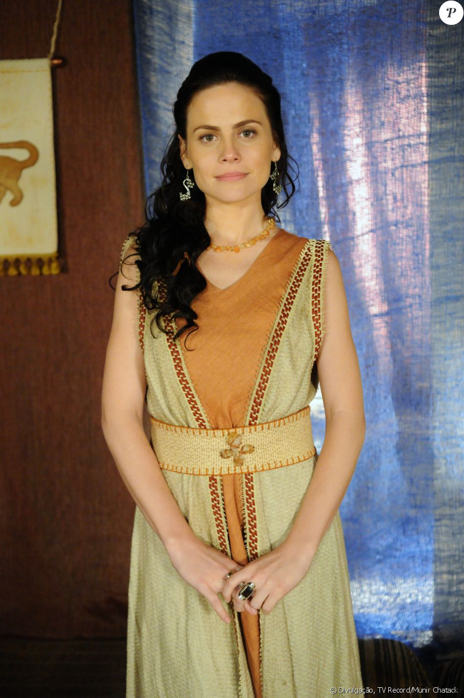 Acsa (Marisol Ribeiro) é uma jovem mimada e fútil que se apaixona por Gibar (Rodrigo Phavanello) e depois por Bogotai (o nome do ator não foi divulgado), na novela 'A Terra Prometida'