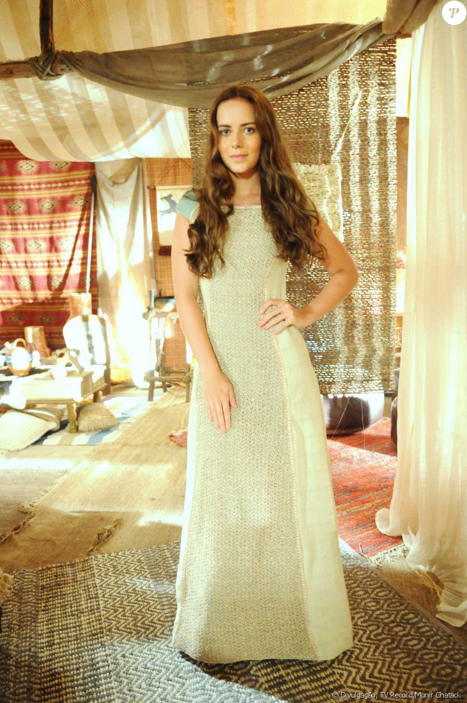 Livana (Letícia Medina) é uma mocinha ingênua, assediada por Maquir (Alexandre Slaviero), de quem engravida e apaixonada por Rune (Douglas Sampaio), na novela 'A Terra Prometida'