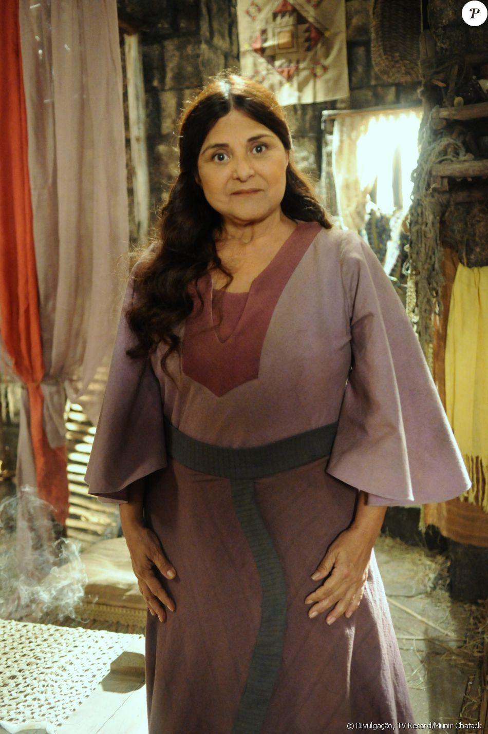 Milah (Elizangela) é a mãe de Raabe (Miriam Freeland), por quem vai aprender a se valorizar, na novela 'A Terra Prometida'