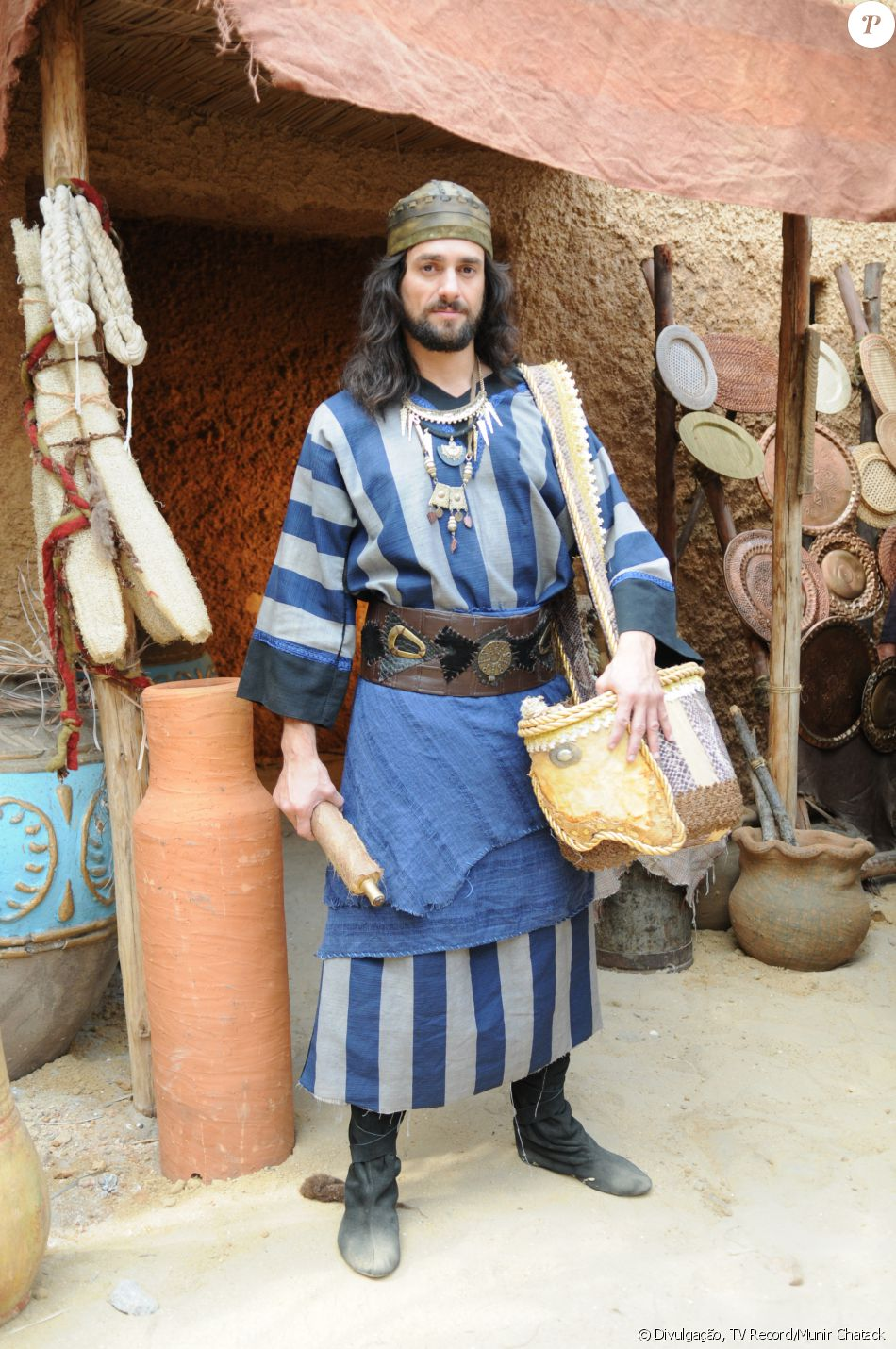 Arauto (Danilo Sacramento) é servo do rei Durgal (Roberto Frota) e se apaixona por Tiléia (o nome da atriz não foi divulgado), na novela 'A Terra Prometida'