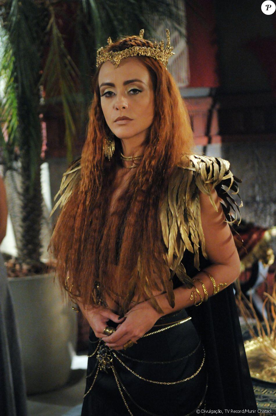 Rainha Kalesi (Julian Silveira) é a soberana cruel e sádica da cidade Jericó, casada com Marek (Igor Rickli), na novela 'A Terra Prometida'