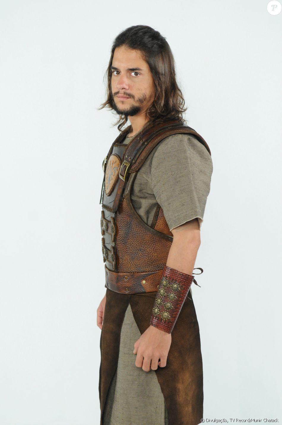 Iru (Guilherme Boury) é apaixonado por Melina (Carla Diaz) e acaba virando refém no reino Al. Depois, se aproxima de Jéssica (Mayte Piragibe), na novela 'A Terra Prometida'