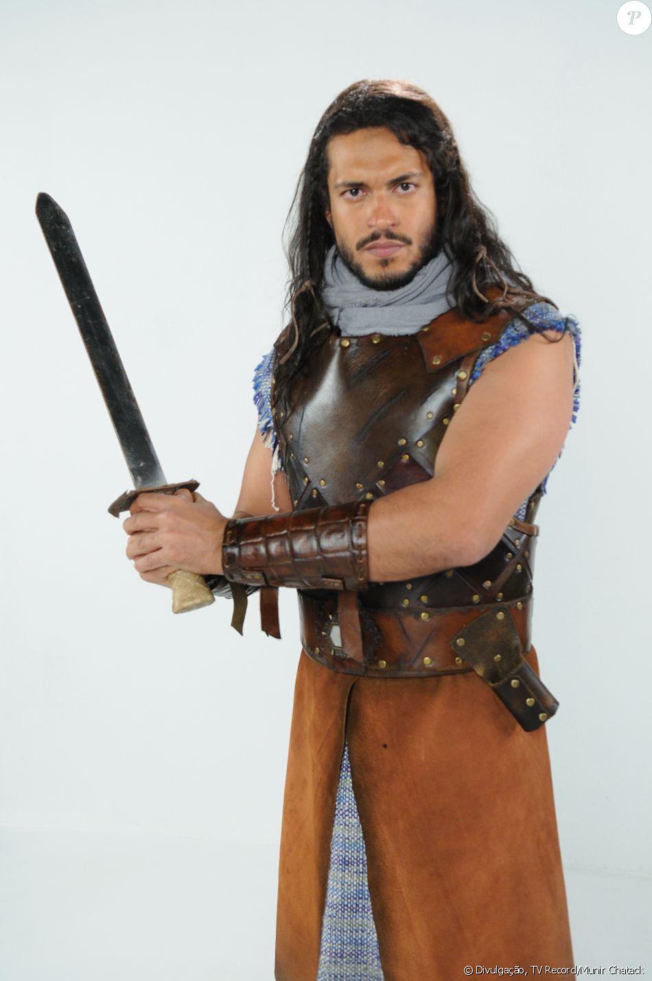 Tobias (Raphael Viana) é um guerreiro ágil e forte que se alia em vilanias com a irmã Samara (Paloma Bernardi), na novela 'A Terra Prometida'