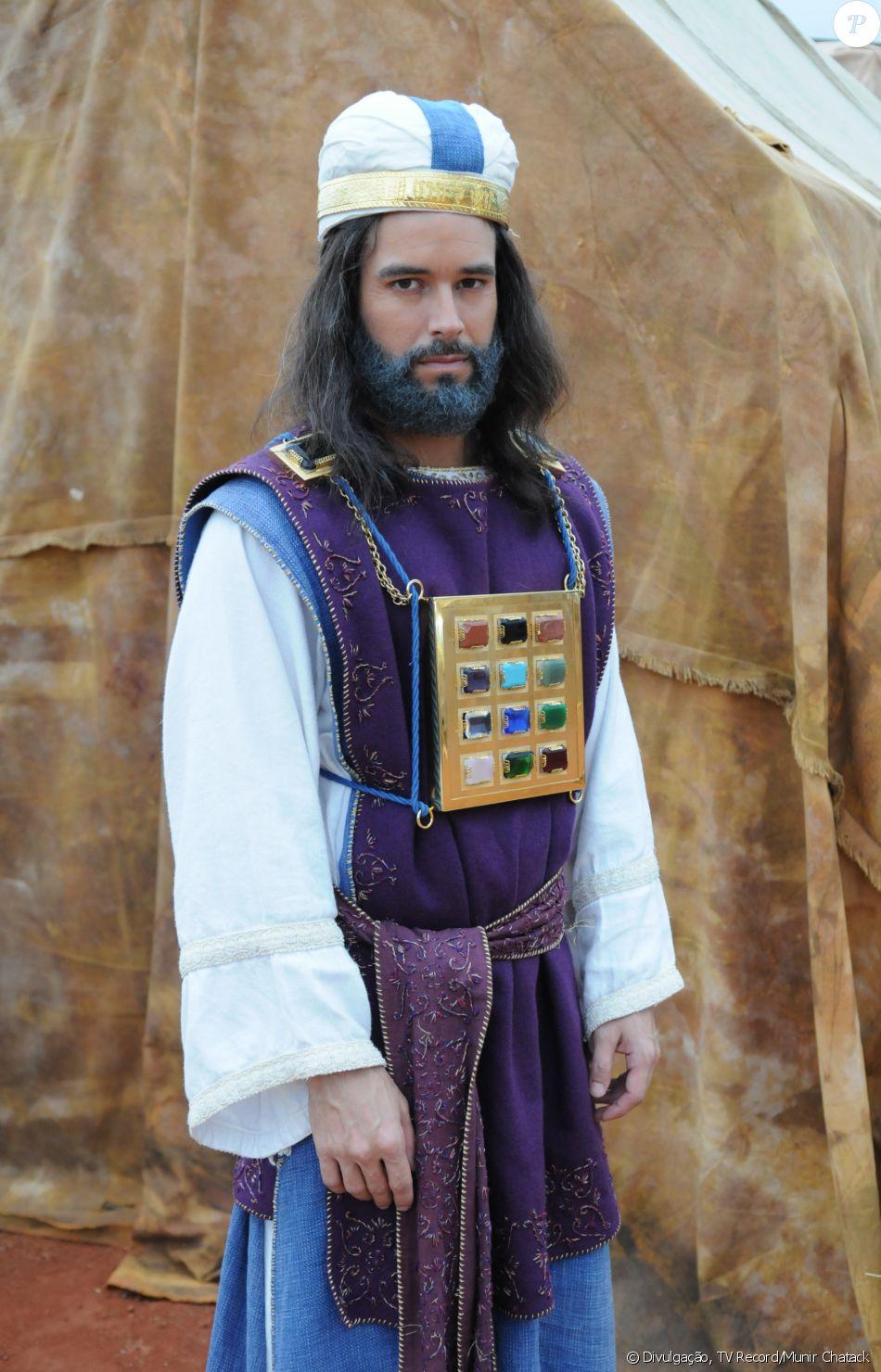 Eleazar (Bernardo Velasco) é o sacerdote-chefe da tribo de Levi. Vai relatar as histórias de Moisés (Guilherme Winter), na novela 'A Terra Prometida'