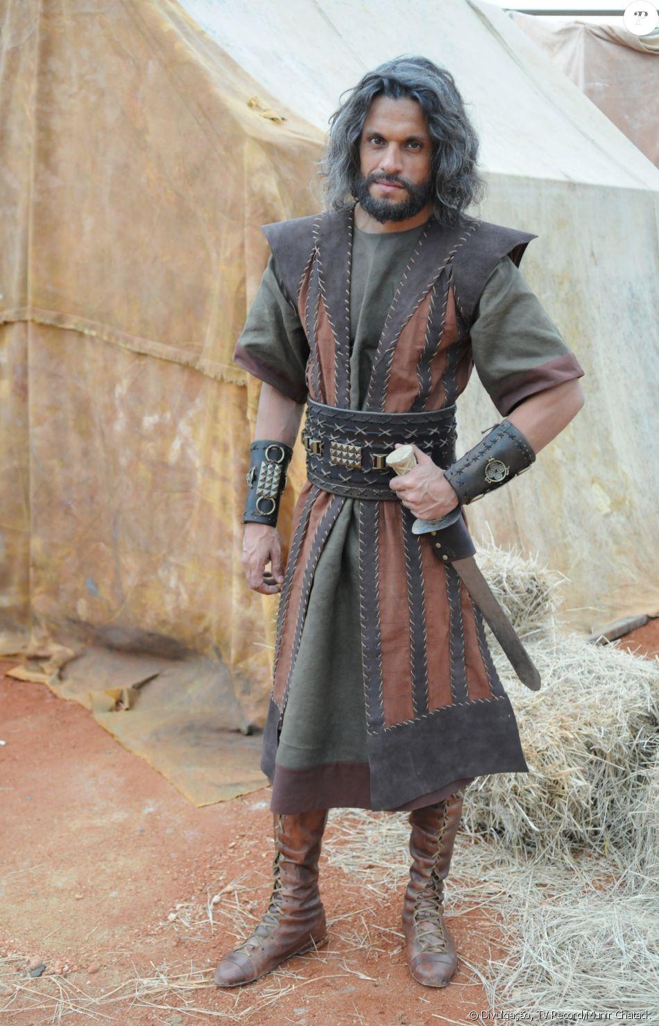 Jogli (Dudu Oliveira) é o líder da tribo Dan. Um homem violento, na novela 'A Terra Prometida'