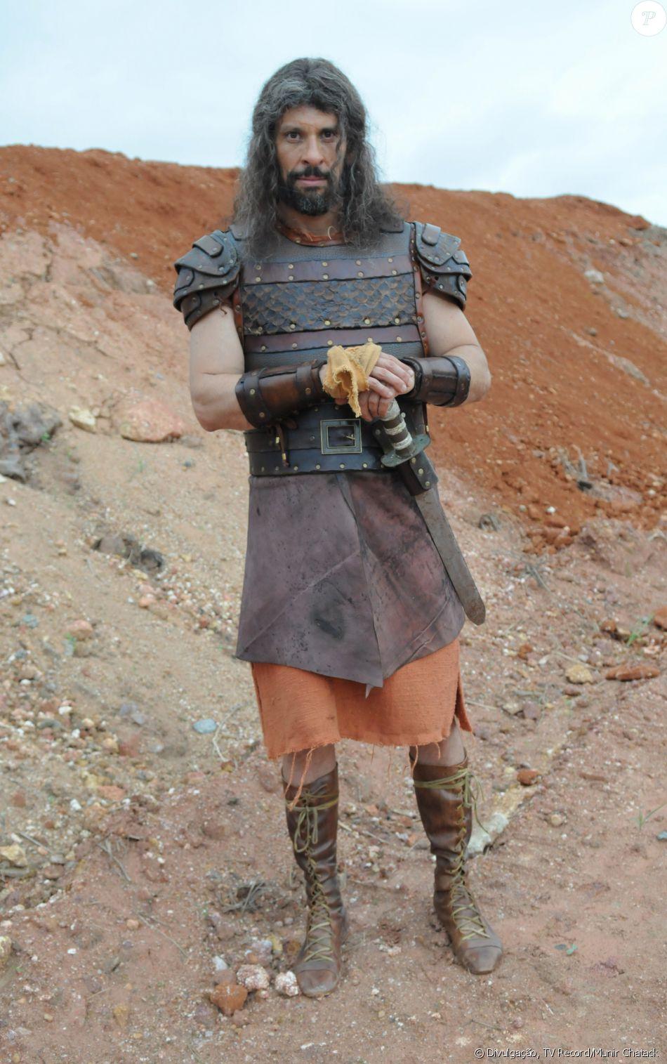 Calebe (Milhem Cortaz) lidera a tribo Judá. Bom pai, guereiro e de muita fé, na novela 'A Terra Prometida'