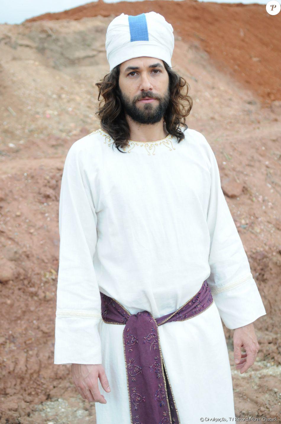 Finéias (Rafael Queiroz) é o filho de Eleazar (Bernardo Velasco). Embora seja sacerdote, quer duelar, na novela 'A Terra Prometida'