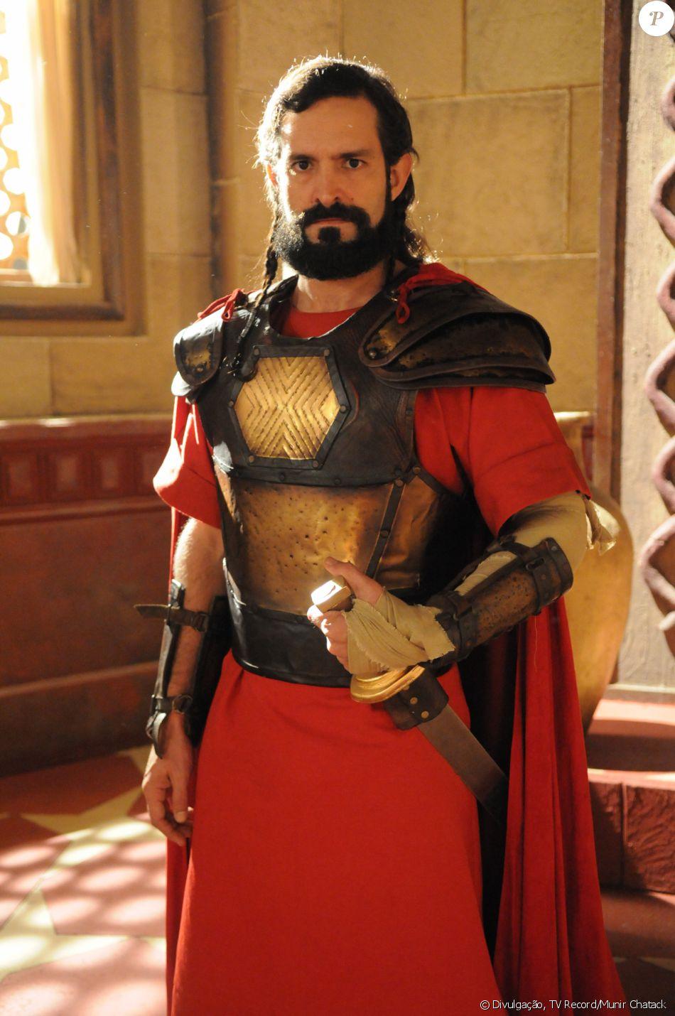 Yussuf (Iran Malfitano) é o comandante fiel ao rei Durgal (Roberto Frota), mas que se alia a Kamir (Roberto Bomtempo), na novela 'A Terra Prometida'