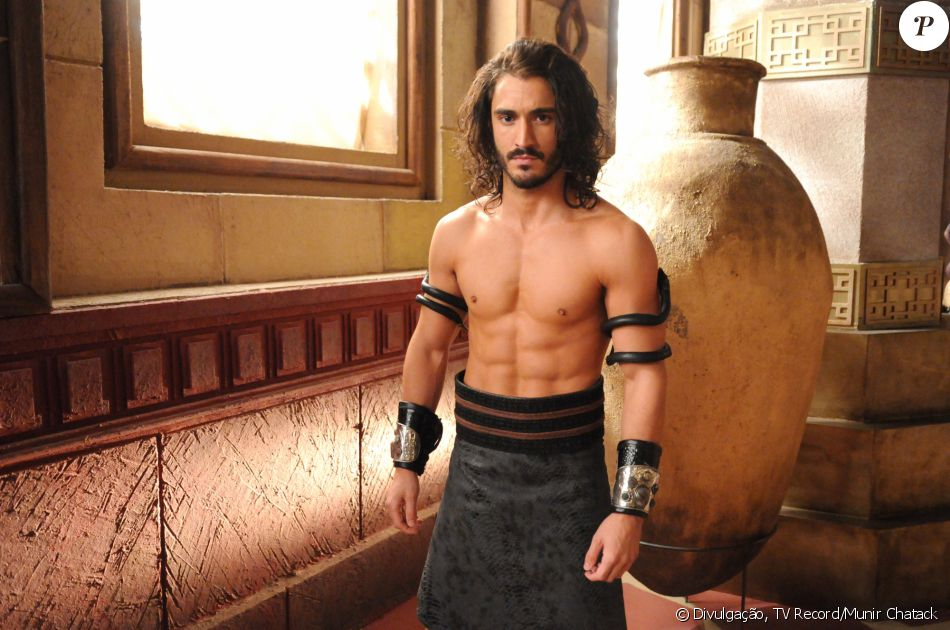 Tupak (Diego Amaral) é o eunuco serviçal da rainha Kalesi (Juliana Silveira), na novela 'A Terra Prometida'