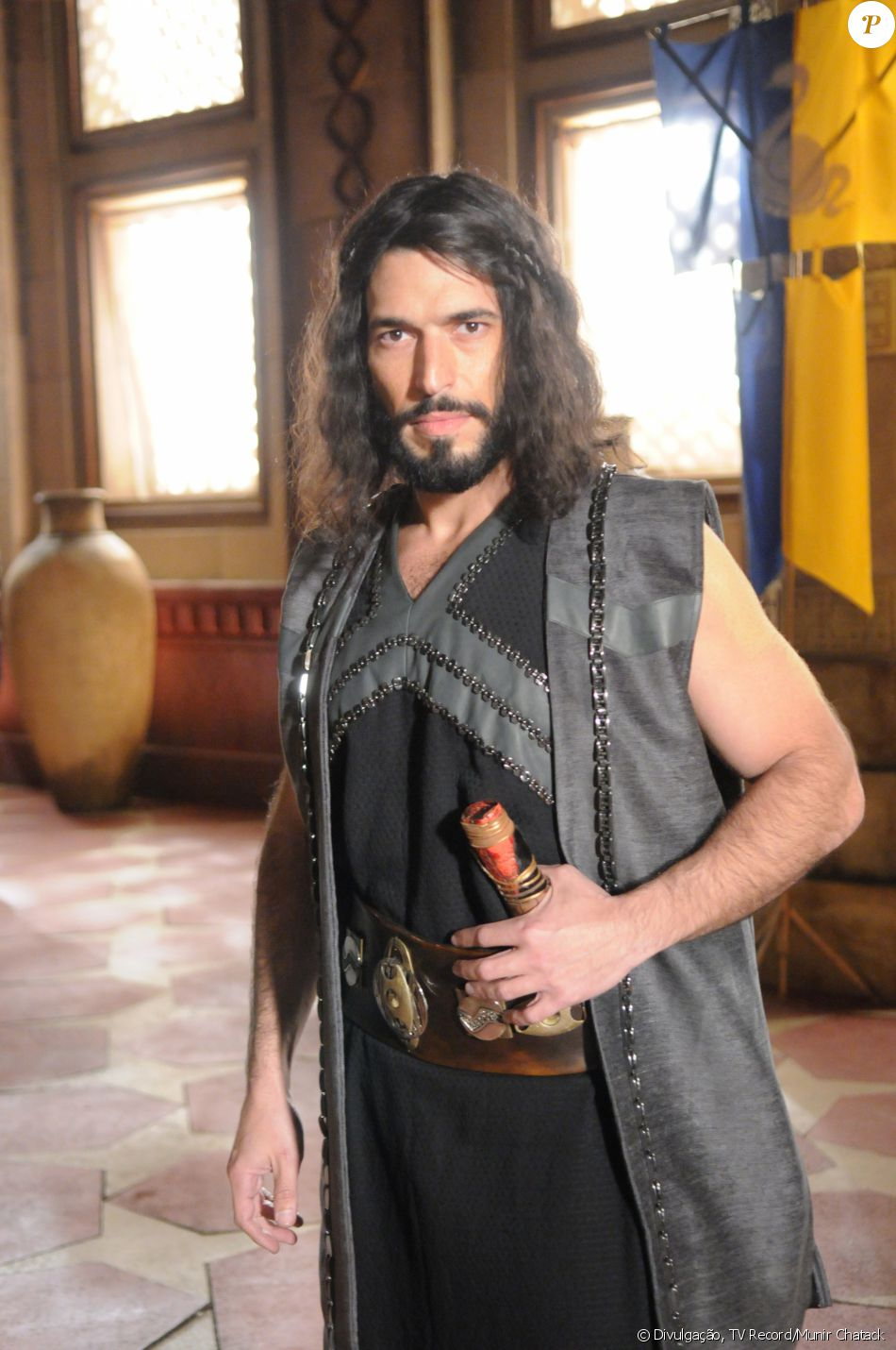 Sandor (Pedro Henrique Moutinho) é filho de Tibar (Leonardo Franco) e apaixonado por Raabe (Miriam Freeland), na novela 'A Terra Prometida'