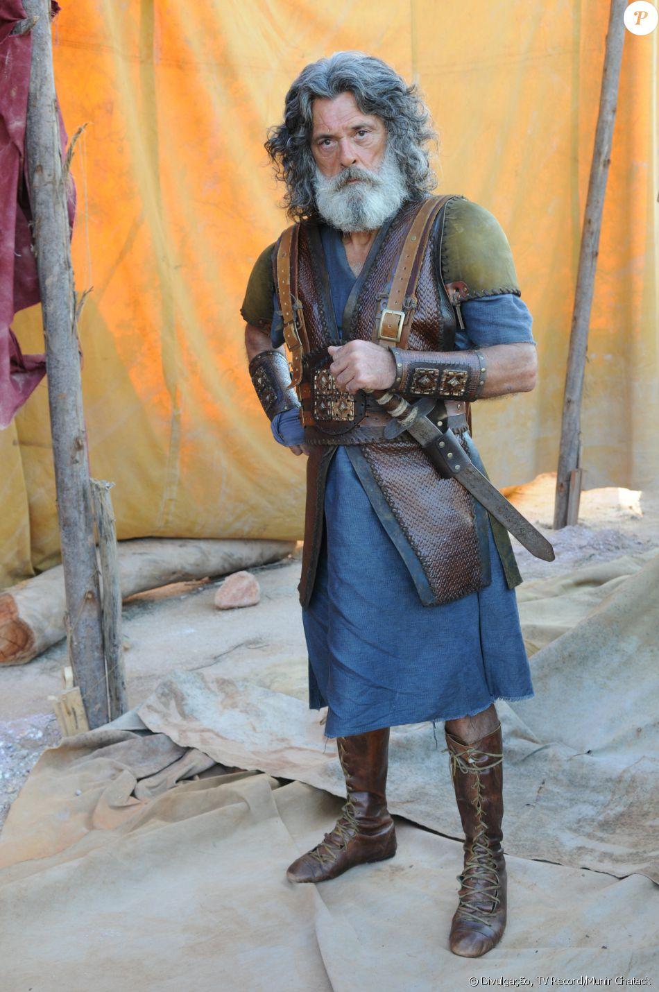 Quemuel (Raymundo de Souza) é o líder da tribo Efraim. Defende a filha de criação, Aruna (Thais Melchior), e muda seu comportamento quando ela é dada como morta, na novela 'A Terra Prometida'