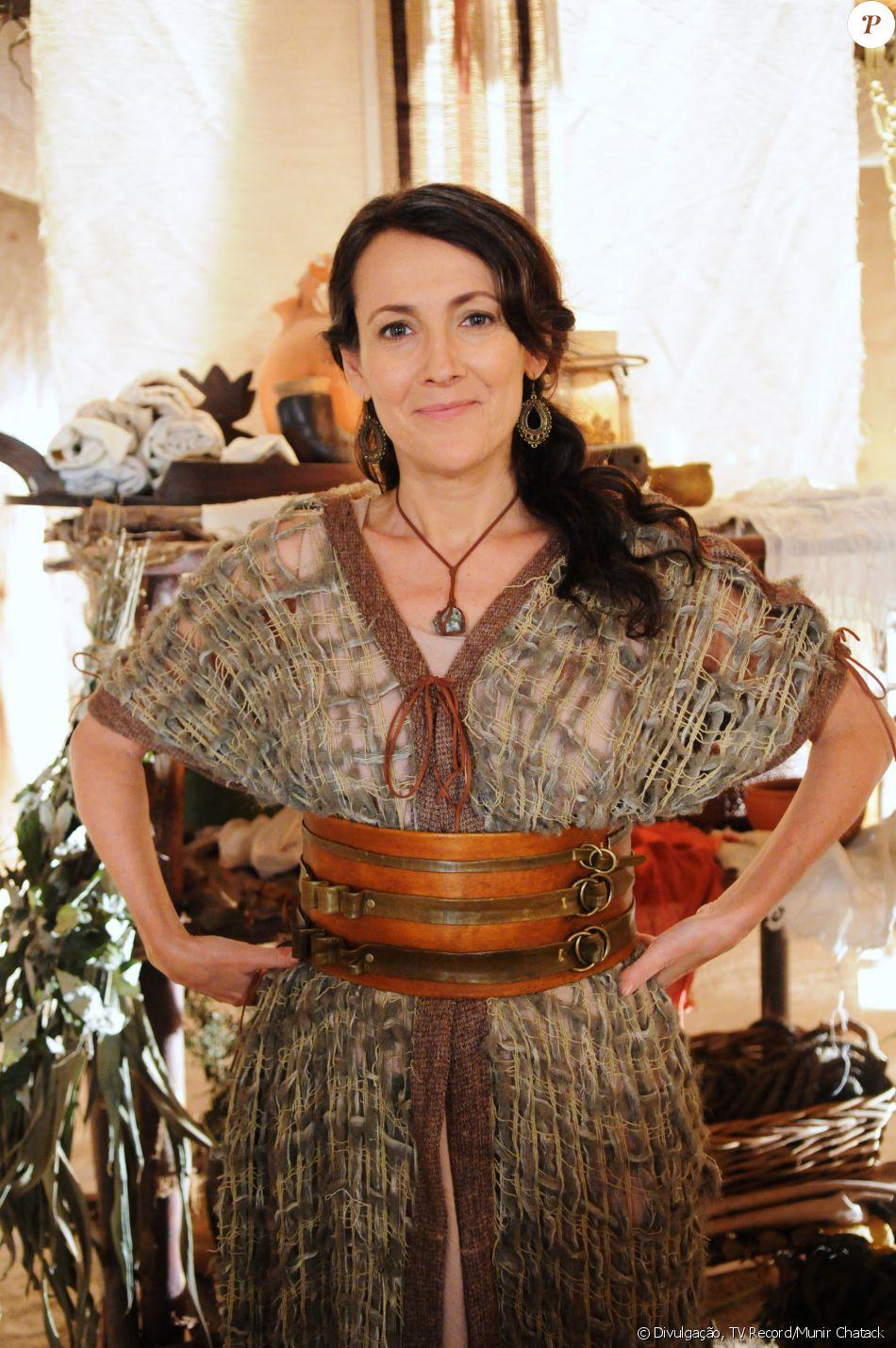 Darda (Ana Barroso) é a curandeira, na novela 'A Terra Prometida'