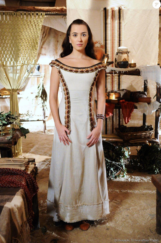 Chaia (Juliana Boller) é filha de Darda (Ana Barroso) e noiva de Zaqueu (Ricky Tavares), na novela 'A Terra Prometida'