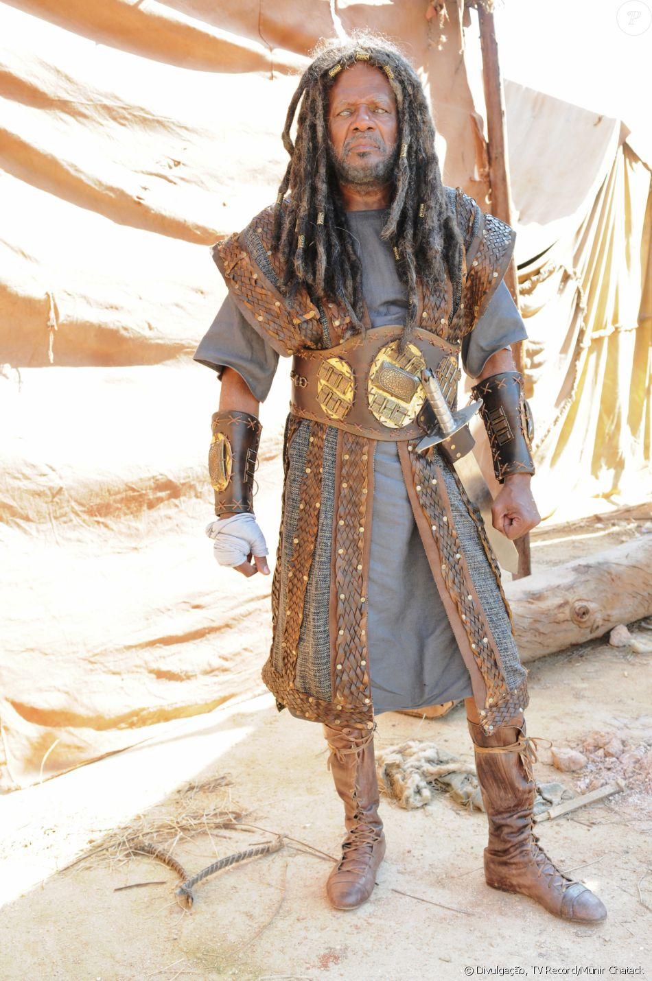 Eliazafe (Altair Rodrigues) lidera a tribo Gab, meio cego, mas grande estrategista, na novela 'A Terra Prometida'