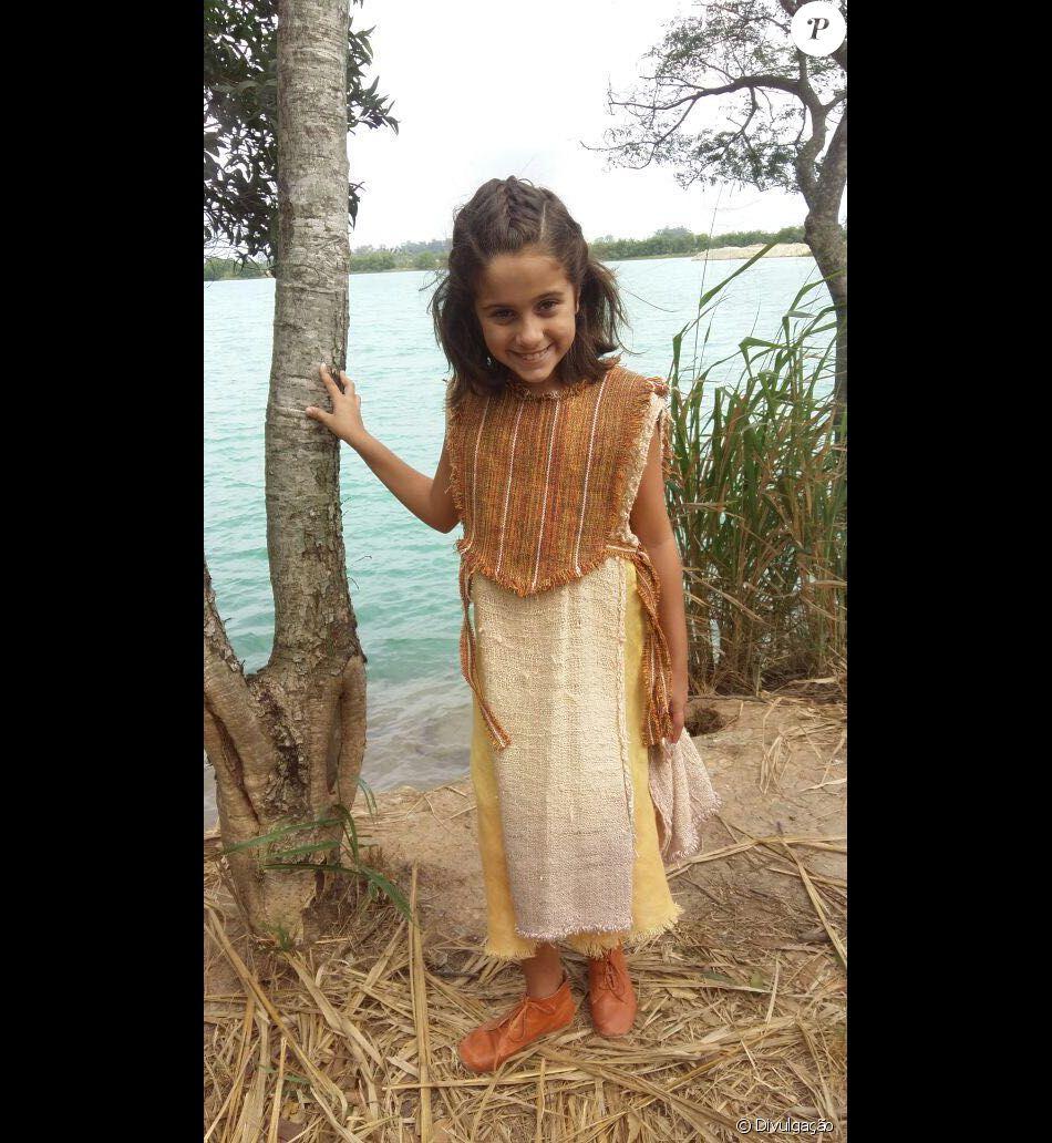 Lila (Myrella Victória) é criada pelo irmão, Salmon (Rafael Sardão), como se fosse filha dele, na novela 'A Terra Prometida'
