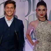 Klebber Toledo e Giovanna Grigio vivem romance e se beijam em festa de novela