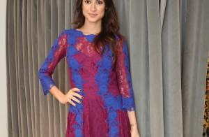 Thaila Ayala prestigia evento de estilista com vestido decotado