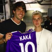 Kaká presenteia Justin Bieber com camisa de time   Muito bom te conhecer!  0225f1b5a8