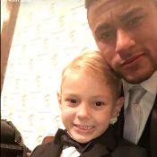 Neymar e o filho, Davi Lucca, aparecem de smoking e gravata em casamento, em SP