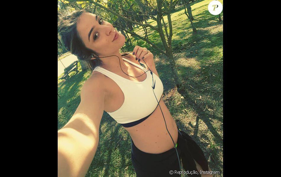 Rafa Brites brinca ao mostrar abdômen após anunciar gravidez, em 2 de julho de 2016: 'Já vejo um barrigão'