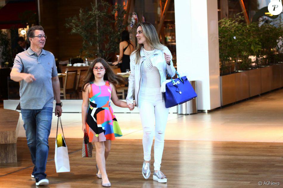 Boninho exibiu boa forma, após fazer cirurgia de redução de estômago em dezembro de 2015, passeou com a mulher, Ana Furtado, e a filha, Isabella, de 9 anos, em shopping da Barra da Tijuca, Rio de Janeiro, neste sábado, 02 de julho de 2016
