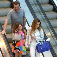 Boninho, desfila sua boa forma recém-cnquista em shoppin do Rio Janeiro ao lado da mulher, Ana Furtado, e da filha, Isabella, de 9 anos, em shopping da Barra da Tijuca, Rio de Janeiro