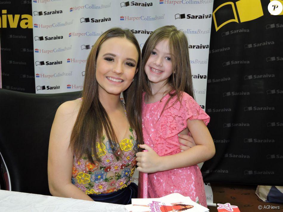 Larissa Manoela autografou o seu livro para os fãs neste domingo, 03 de  julho de 2016 6c330dc457