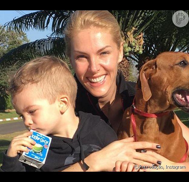 """Ana Hickmann fez caminhada neste domingo, 03 de julho de 2016, com os seus """"meninos"""": o filho Alexandre, de 2 anose três meses, e o cachorro, Cauã"""