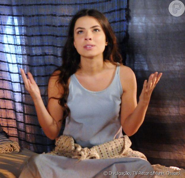 Aruna (Thais Melchior) é humilhada por Samara (Paloma Bernardi) e, depois, ora a Deus, na novela 'A Terra Prometida' a partir da segunda-feira 11 de julho de 2016