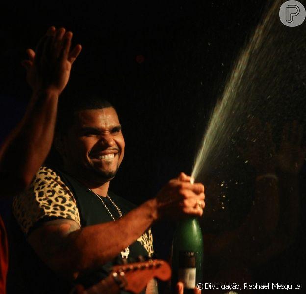 Naldo tomou um banho de champanhe em um show no Rio de Janeiro realizado na noite deste domingo (10 de novembro de 2013)