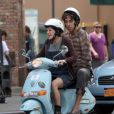 Sacha Baron Cohen e Anna Faris passeiam de scooter no set de filmagens de 'O Ditador', em junho de 2011