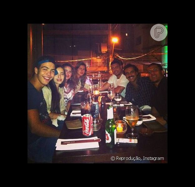A DJ Paula Morais posta foto de jantar com Ronaldo e família em São Paulo, na noite desta terça-feira, 26 de novembro de 2013