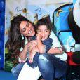 Brincalhão, Pedro se divertiu com a mãe, Juliana Paes, na pré-estreia. Olha o sorriso desses dois!