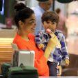 Olha que fofinho o Pedro devorando um sorvete de morango com Juliana Paes em um shopping