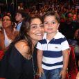 Com os cabelos mais curtos, Pedro se divertiu no circo Tihany ao lado da mãe e, todo estiloso, posou para uma foto