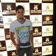 Bruno Gissoni posa para foto em evento da John John, no Rio