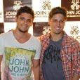 Bruno Gissoni e Daniel Rocha posam para foto em evento da John John