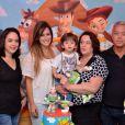 Juliana com o filho Leo e a família de Sidney Sampaio no aniversário do menino