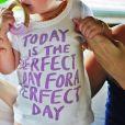 Vivian Lake apareceu com uma roupinha escrito em inglês 'Today is the perfect day for a perfect day'. A mamãe, Gisele, que divulgou a foto no instagram colocou a tradução para o português na legenda: ' Hoje é o dia perfeito para um dia perfeito'