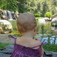 Vivian Lake esteve um lugar ao ar livre e foi clicada pela mãe, em julho de 2013, que disse: ' Apreciando a natureza com meus anjinhos'