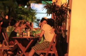 Fernanda Paes Leme beija o humorista Rafael Queiroga em bar do Rio de Janeiro