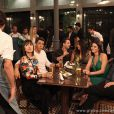 Michel (Caio Castro), Silvia (Carol Castro), Guto (Márcio Garcia) e Patrícia (Maria Casadevall) vão para o bar dos médicos depois de flagra na saída do motel, em cena de 'Amor à Vida'
