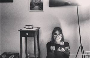 Maria Casadevall compartilha fotos da decoração vintage de seu apartamento